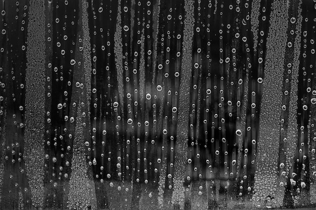 Gotas no vidro com imagens em preto e branco.