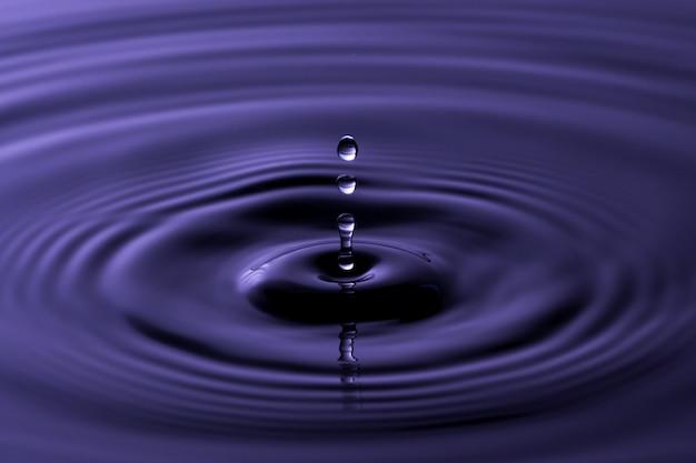Gotejamento de água perto de macro