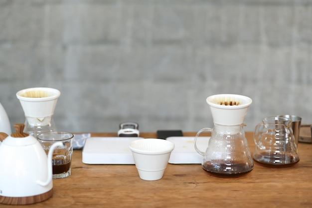 Gotejamento de café e acessórios na mesa