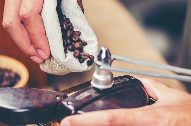 Gotejamento de café no café, imagem de filtro vintage