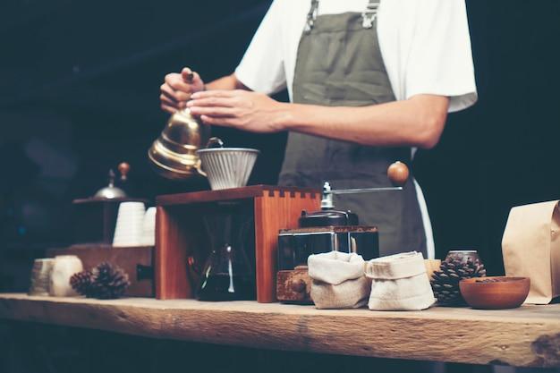 Gotejamento de café, processo de filtro de café, imagem de filtro vintage