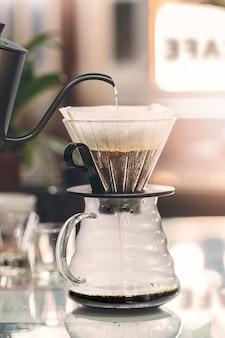 Goteje o café que fabrica cerveja, opinião do close up.