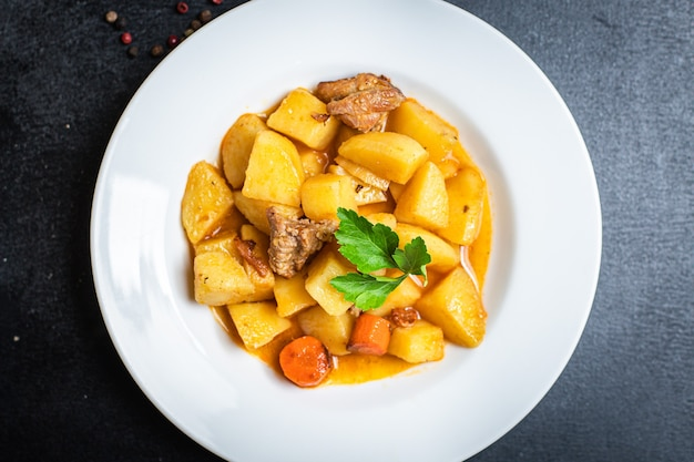 Goulash com batata e carne cozida, legumes e carne de porco