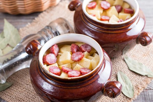 Goulash de batata quente com bacon e salsichas servido em uma tigela de cerâmica