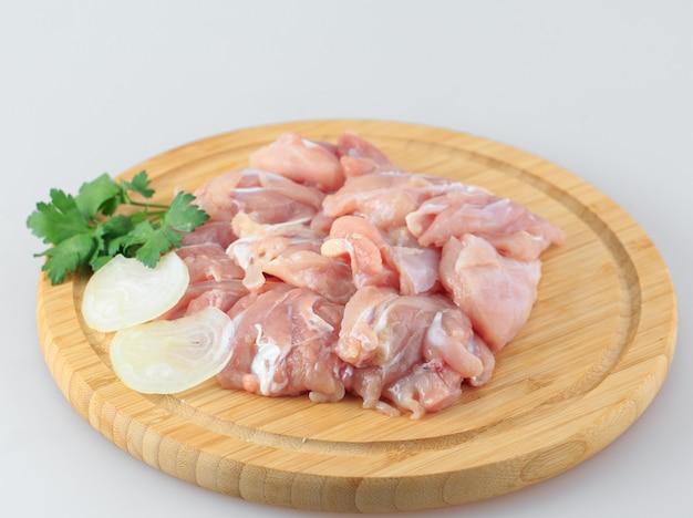 Goulash de frango cru em branco