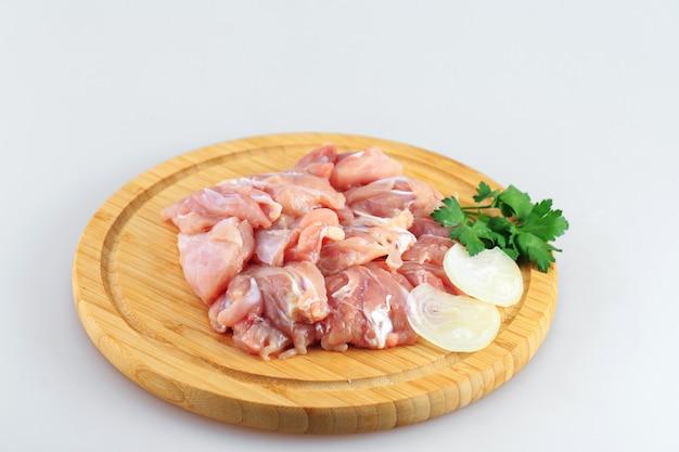 Goulash de frango cru em fundo branco