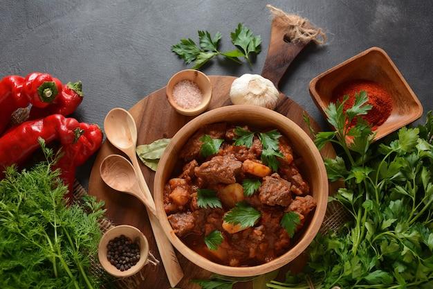 Goulash tradicional húngaro ensopado de carne de vaca
