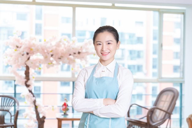 Governanta asiática no quarto do hotel