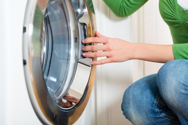 Governanta com máquina de lavar roupa