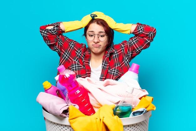 Governanta menina bonita lavando roupas