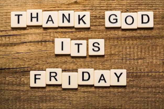 Graças a deus é cartão de sexta-feira com fundo colorido com luzes desfocadas