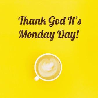 Graças a deus é o cartão de segunda-feira. manchete e xícara de espuma de arte de café cappuccino.
