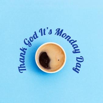 Graças a deus é o cartão de segunda-feira. título e xícara de café.