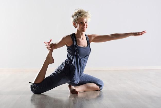 Graciosa jovem flexível fazendo exercícios