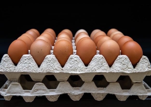 Grade com ovos em um fundo escuro