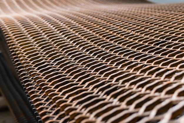 Grade de arame de metal fortemente enferrujada empilhada em um canteiro de obras