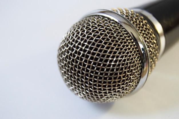 Grade de metal som música microfone de perto