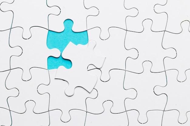 Grade de quebra-cabeça branca com falta de peça de quebra-cabeça