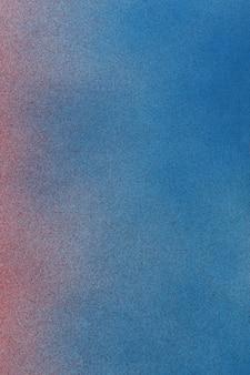 Gradiente de tinta spray de vermelho a azul em um fundo de papel branco