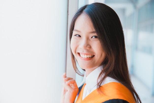 Graduação bonito asiática do retrato das mulheres, universidade de tailândia.