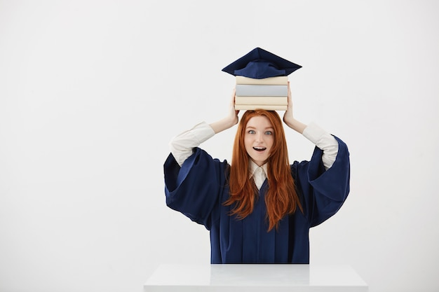 Graduado surpreendido da mulher que guarda livros na cabeça sob o tampão.