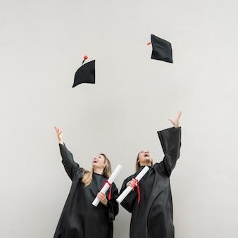 Graduados jogando suas valetadeiras