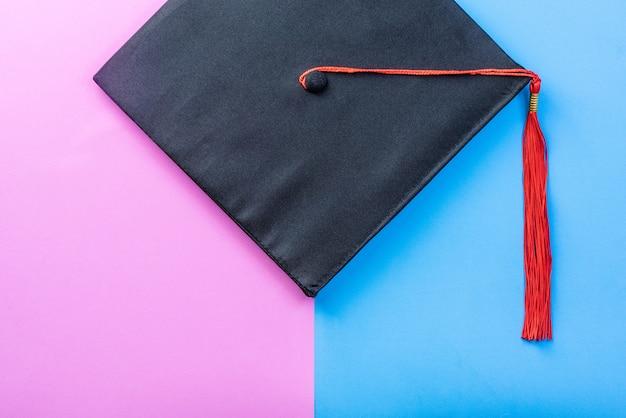 Graduate cap ou capelo em fundo azul rosa