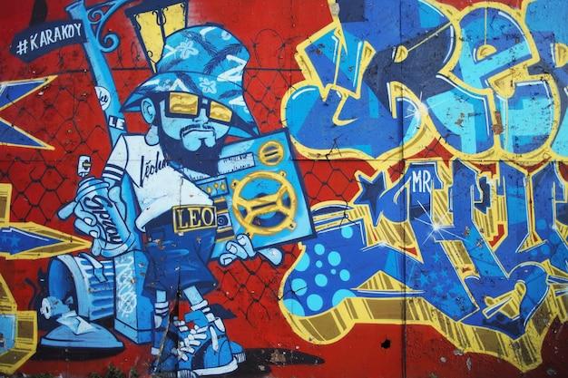 Graffiti de um grafitti em uma parede de tijolo
