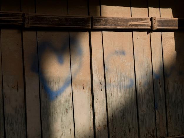 Graffiti na cerca de madeira em kusadasi turquia
