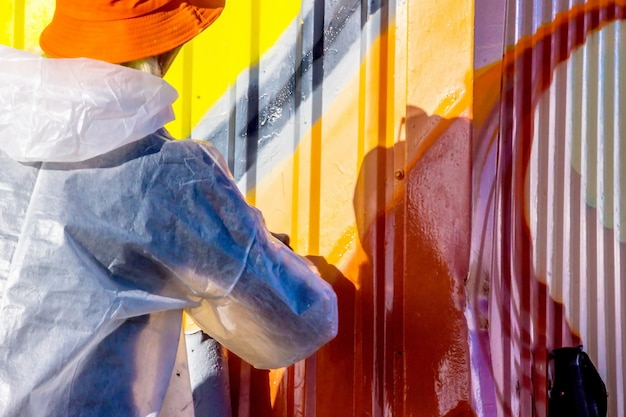 Graffiti na parede e grafiteiro