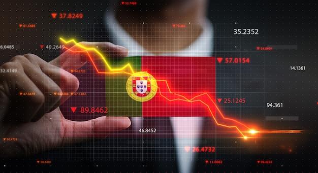 Gráfico caindo na frente da bandeira de portugal. conceito de crise