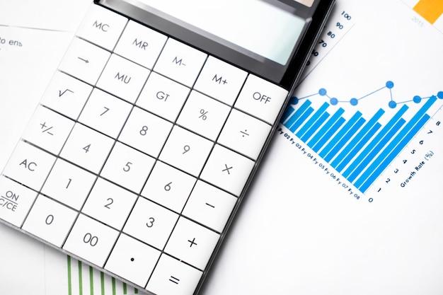 Gráfico de barras de lucro, caneta e calculadora