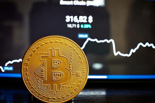 Gráfico de bitcoins na tela entre pilhas de bitcoins. conceito de negociação de bitcoin.