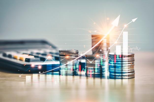 Gráfico de comércio do mercado financeiro, seta na pilha de moedas de dinheiro crescendo.