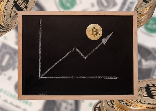 Gráfico de crescimento de bitcoin afogando-se em giz em um quadro negro em um fundo desfocado