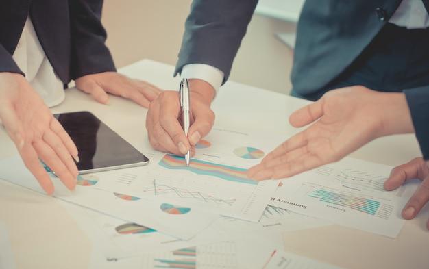 Gráfico de dados de negócios e relatório sobre a tabela de reuniões