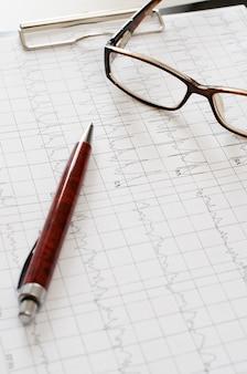 Gráfico de eletrocardiograma, análise do coração. prancheta preta,