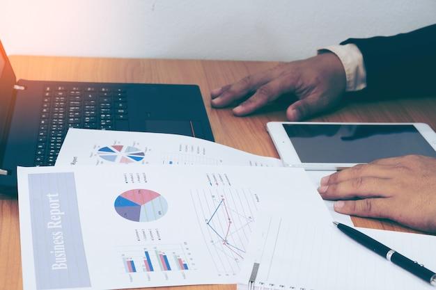 Gráfico de finanças com computador portátil na mesa