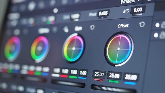 Gráfico de graduação de cores ou indicador de correção de cores rgb no monitor no processo de pós-produção.
