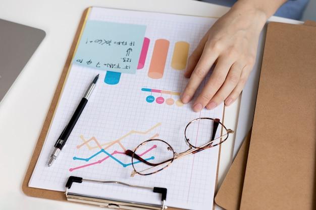 Gráfico de negócios de close-up com planos