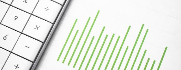 Gráfico de negócios verde e uma calculadora