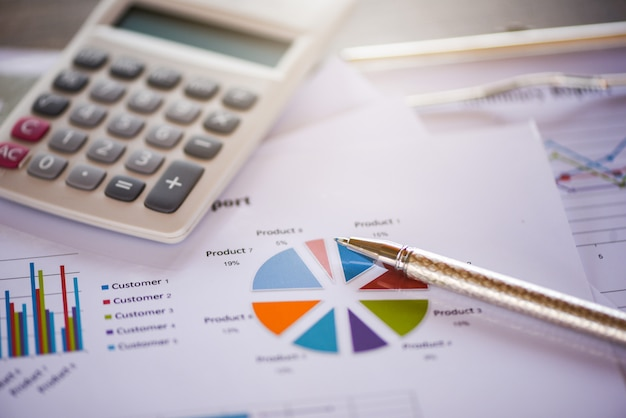 Gráfico de relatório de negócios preparando o conceito de calculadora de gráficos