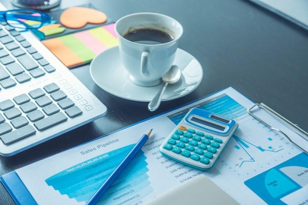 Gráfico do excel com documento de planilha que mostra o conceito de inicialização financeira de informações. planejamento financeiro fazendo relatório de banco de dados contábil. gráficos e gráficos na tela com material de escritório definido