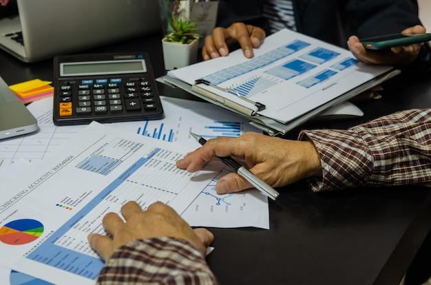 Gráfico e gráfico de custo do relatório de análise de pessoas de reunião de negócios.