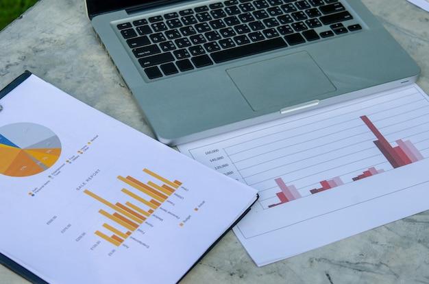 Gráfico financeiro e laptop
