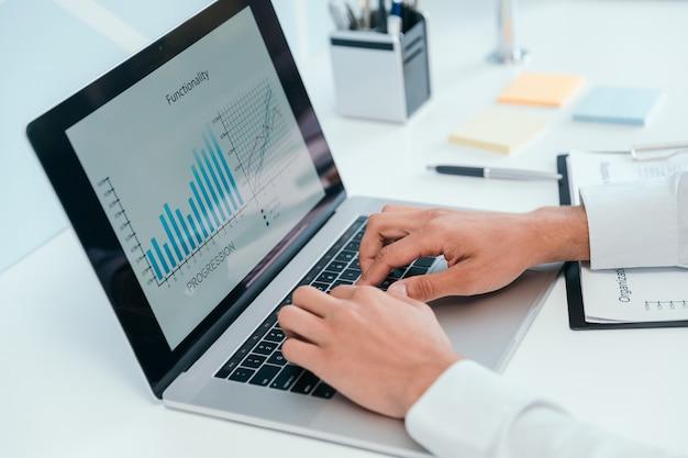 Gráfico financeiro na tela do laptop