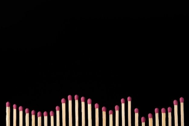 Gráfico longo feito de muitas correspondências no fundo preto