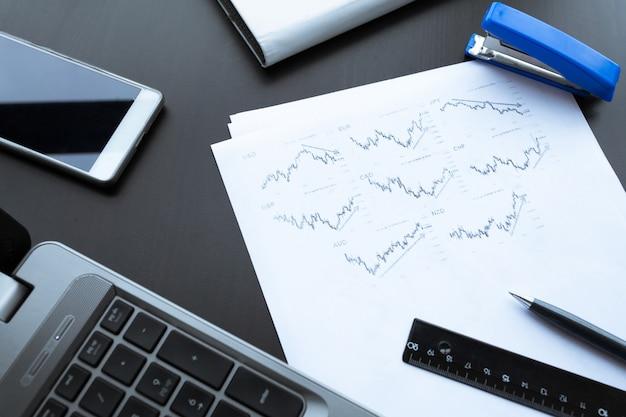 Gráficos de investimento com laptop