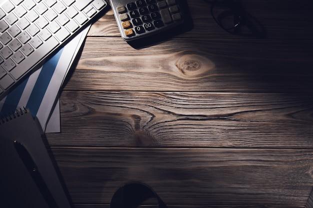 Gráficos de negócios e teclado de computador na mesa do consultor financeiro