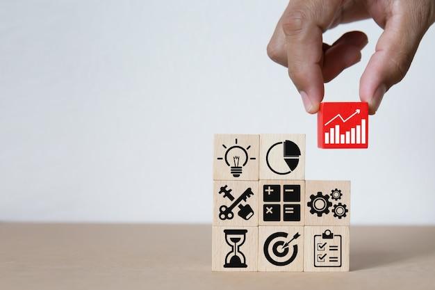 Gráficos de negócios ícones em blocos de madeira.